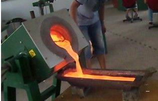倒铜水炉子